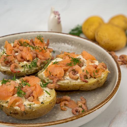 Gepofte aardappel met gerookte zalm en Hollandse garnalen